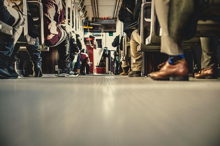 Una guagua / autobús / autocar llena de gente distinta