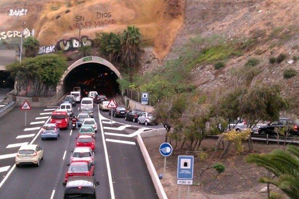 Túnel Julio Luengo con la pintada y la añadidura