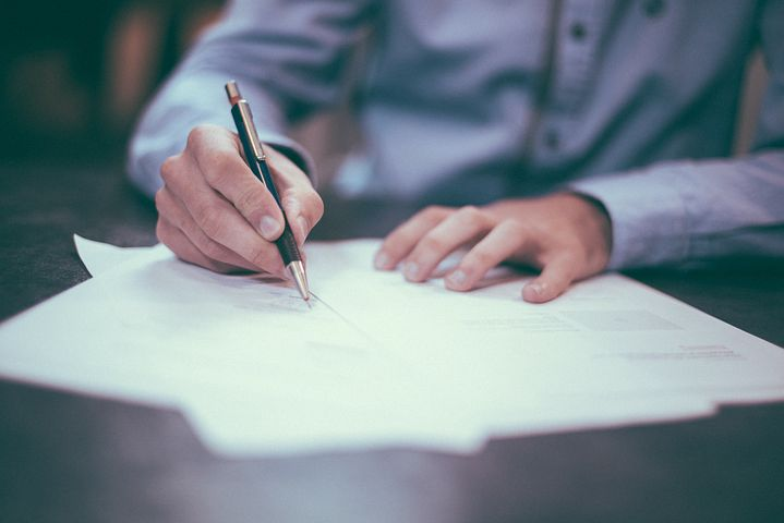 Hombre firmando documentos legales
