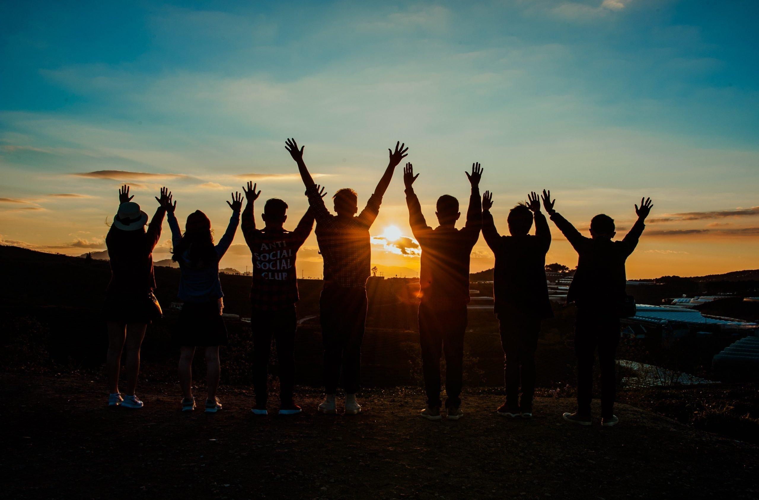 Grupo de amigos disfrutando de una puesta de sol