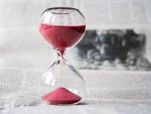 Un reloj de arena midiendo el tiempo