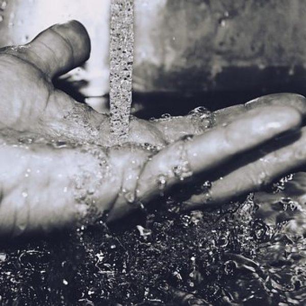 Agua en la mano